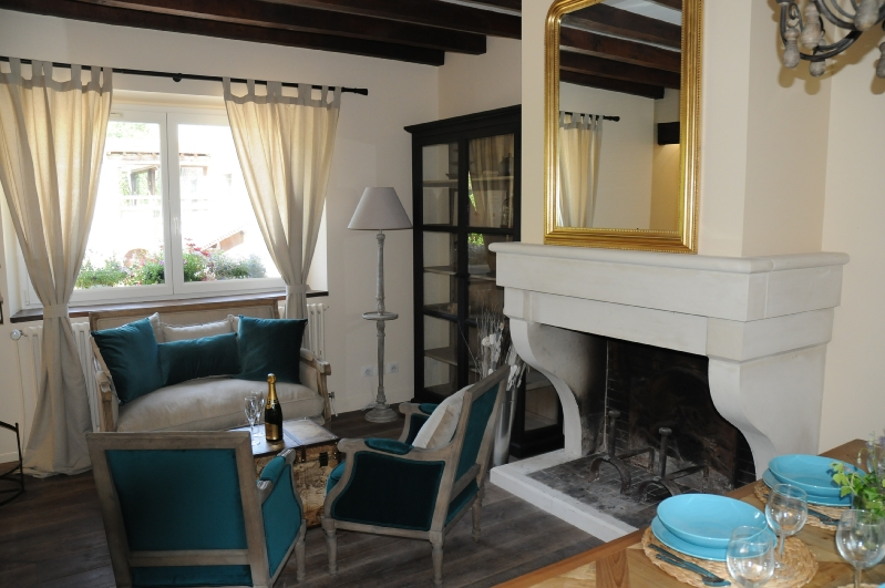 Le coin salon avec sa cheminée