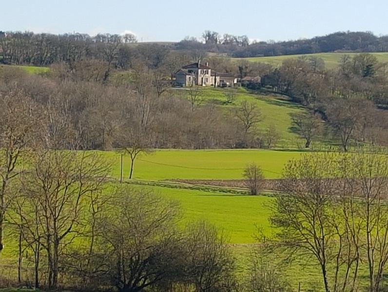 Vue sur les collines de Justian depuis Lassenat éco-maison d'Hôtes en Gascogne.