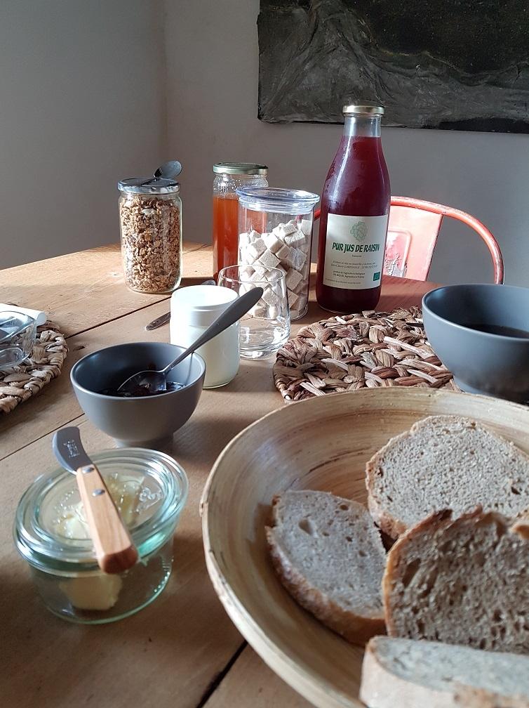 Le petit déjeuner bio et fait maison est inclus dans le prix de la chambre.